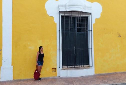 poser devant une façade jaune à valladolid
