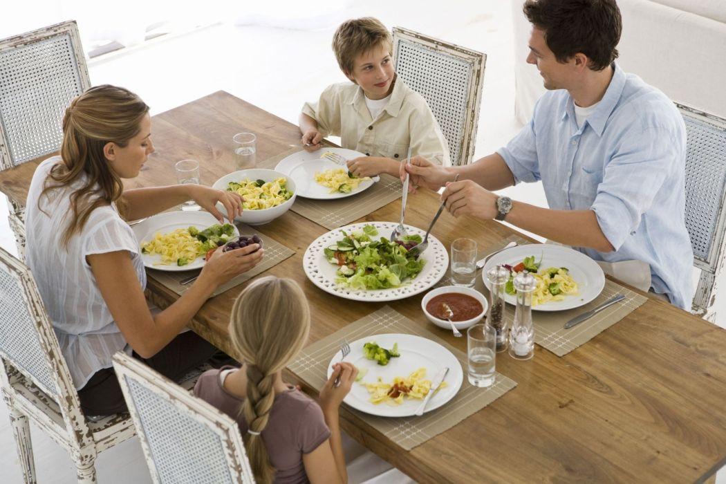 ¿Como evitar que mi hijo se levante de la mesa?