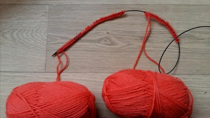 twee sokken tegelijk breien op een rondbreinaald