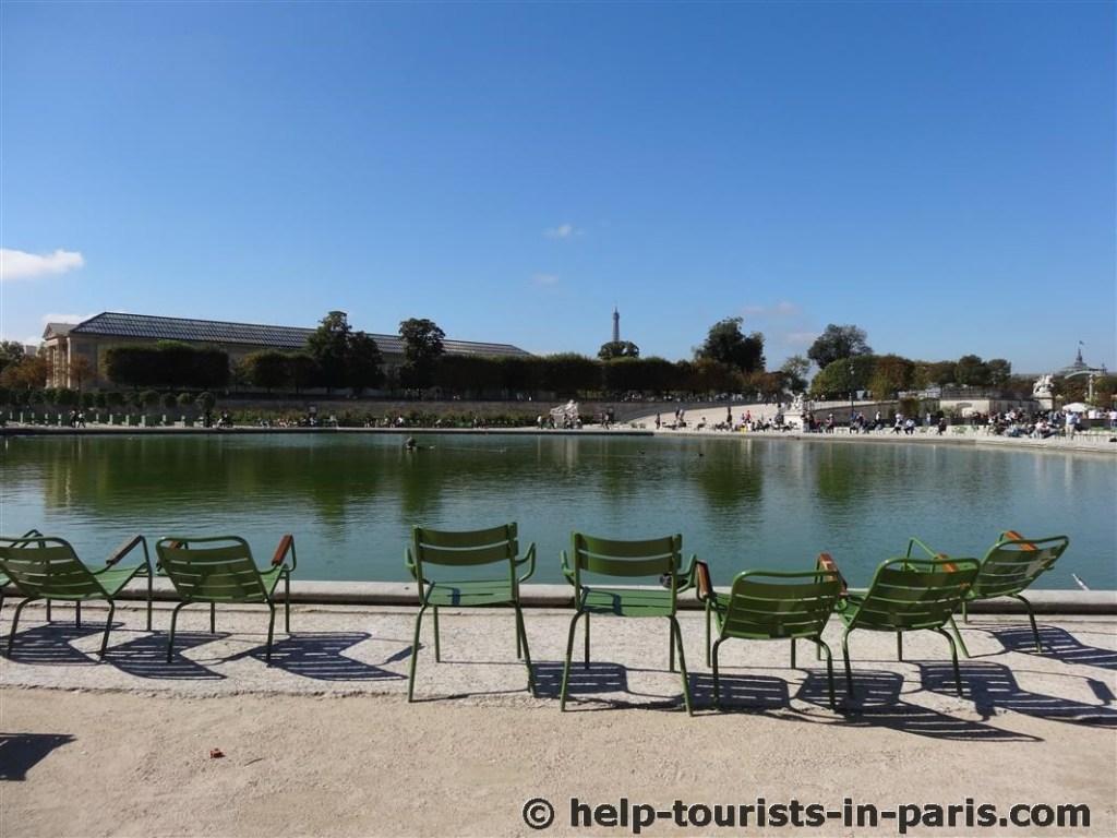 Grüne Stühle im Tuilerinegarten