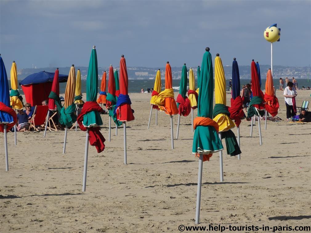 Strand von Deauville mit Sonnenschirmen