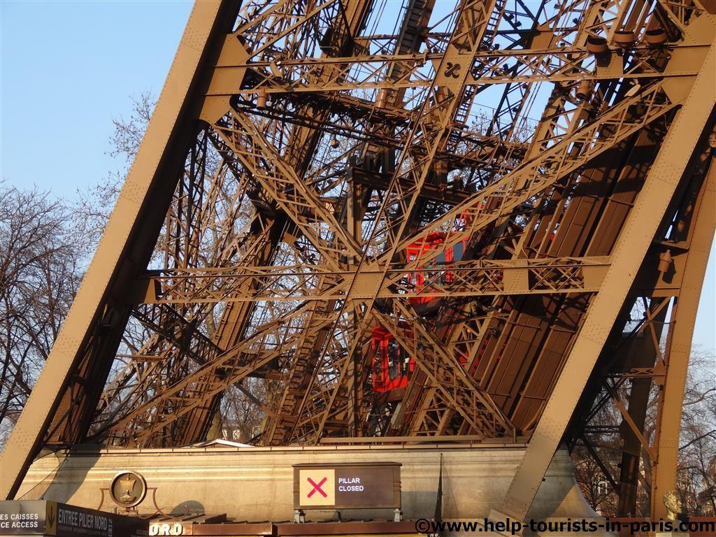 Mit dem Aufzug auf den Eiffelturm
