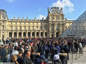 Warteschlangen am Louvre in Paris