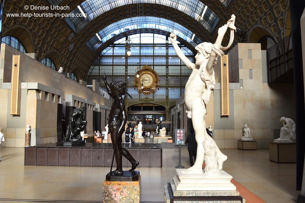 Musée d'Orsay Statuen und Uhr in der Ausstellungshalle