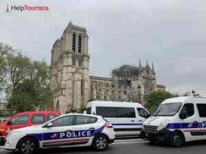 Polizei vor Notre Dame nach Brand