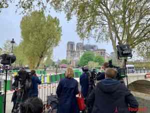 TV Teams vor Notre Dame am Tag nach Brand