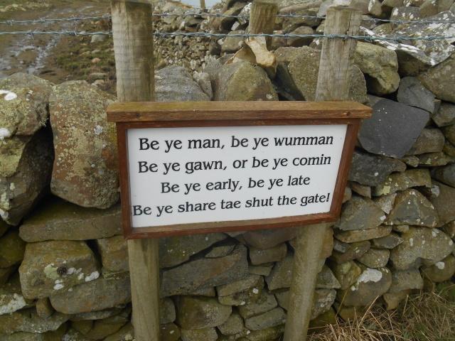 Sign: Bw ye man. be ye wumman / Be ye gawn, or ne ye comin / Be ye early, be ye late / Be ye share tae shut the gate!
