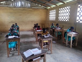 Schoolboeken in Nkenkaasu