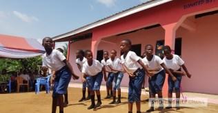 Dans door leerlingen tijdens de openingsceremonie