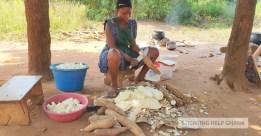 Vrouw kookt voor schoolkinderen