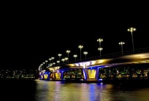 Sähköllä valaistu silta Jyväskylässä