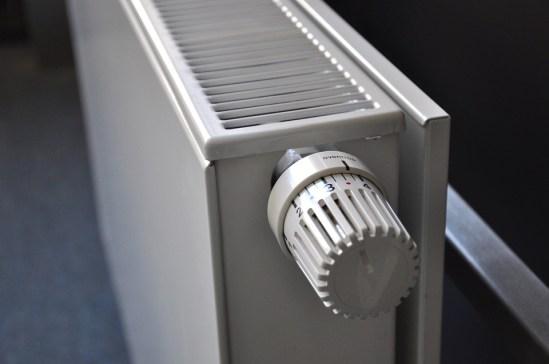 Lämpöpatterista säädetään lämpötilaa.