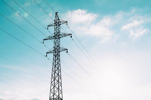 Sähköä siirretään sähkölankoja pitkin.