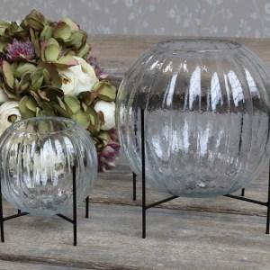Vase på stativ