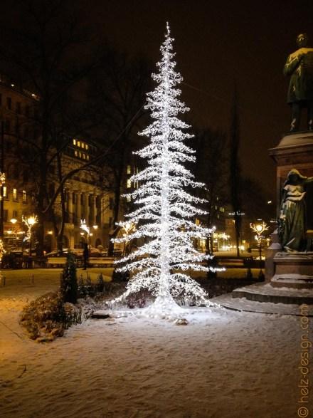 Weihnachtsbaum am Runebergin Denkmal