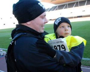 Verner Åman, 6, juoksi 12 km yhdessä isänsä Atron kanssa. Kuva: Jarno Ranta