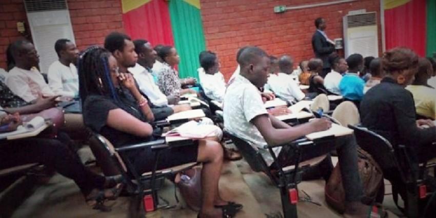 Des jeunes très attentifs lors de la présentation des opportunités par les membres de la Commission jeunesse, emploi et culture ce jeudi 23 mai 2019 © lefaso.net