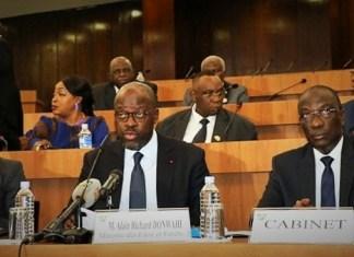 Les membres de la Commission lors de l'étude du projet de loi avec les membres du gouvernement © a ssnat.ci / HA