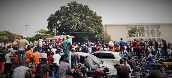 Des manifestants de l'UDPS rassemblés devant l'Assemblée nationale pour fustiger l'attitude du bureau du parlement © François Mukandila/ HA