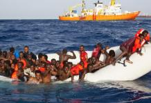 Des migrants sauvés après le naufrage de leur bateau sur les côtes de la Méditerranée © Rfi