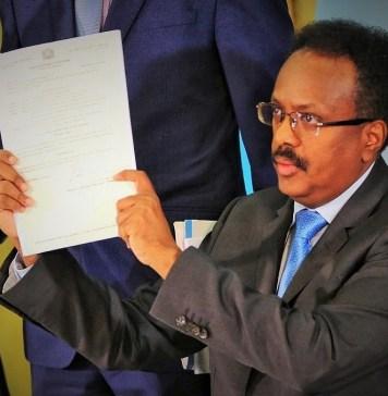 Le président somalien, Mohamed Abdoulahi Mohamed, montrant le document promulgué qui porte sur la lutte contre la corruption ce Samedi 21 septembre 2019 © Présidence de la République somalienne