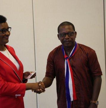 La présidente Donatille Mukabalisa du parlement rwandais et le chef de la délégation du parlement libérien, Gray Acarous ce lundi matin à la fin de l'audience © Parlement