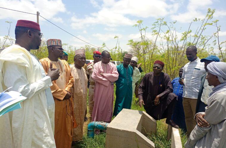 Les membres de la commission finance et budget de l'Assemblée nationale du Niger avec les agriculteurs © nigerinter.com
