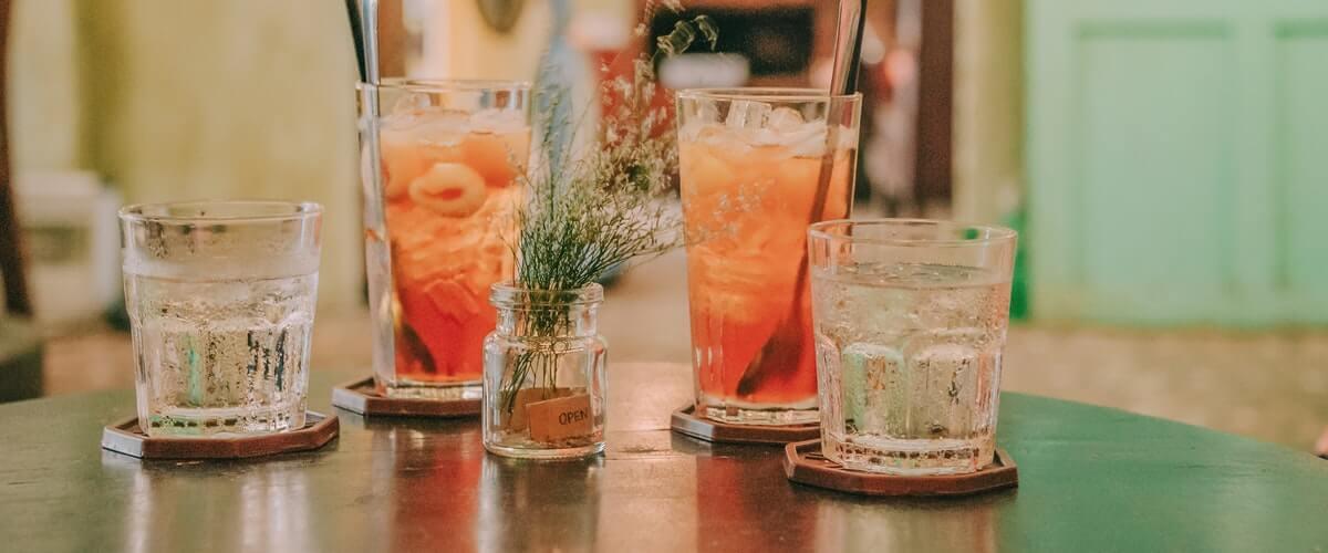 drinkar på dejt hemma