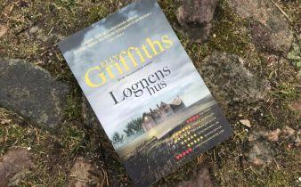 Løgnens hus af Elly Griffiths - Bogfinkens bogblog