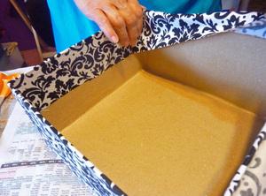 Πώς να επισυνάψετε ένα κουτί με χαρτί μέσα και έξω