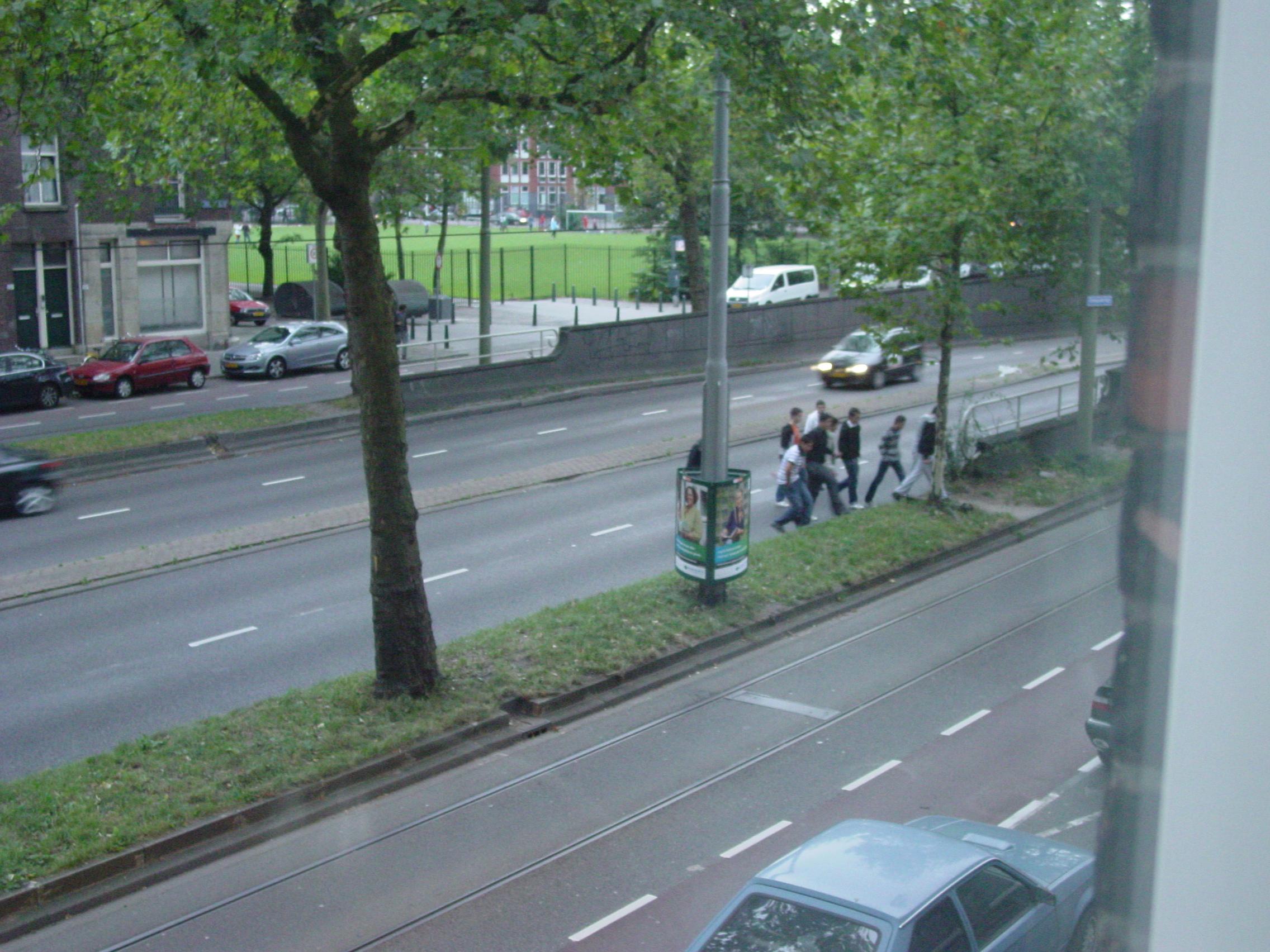 Oversteken van de Henegouwerlaan: levensgevaarlijk.