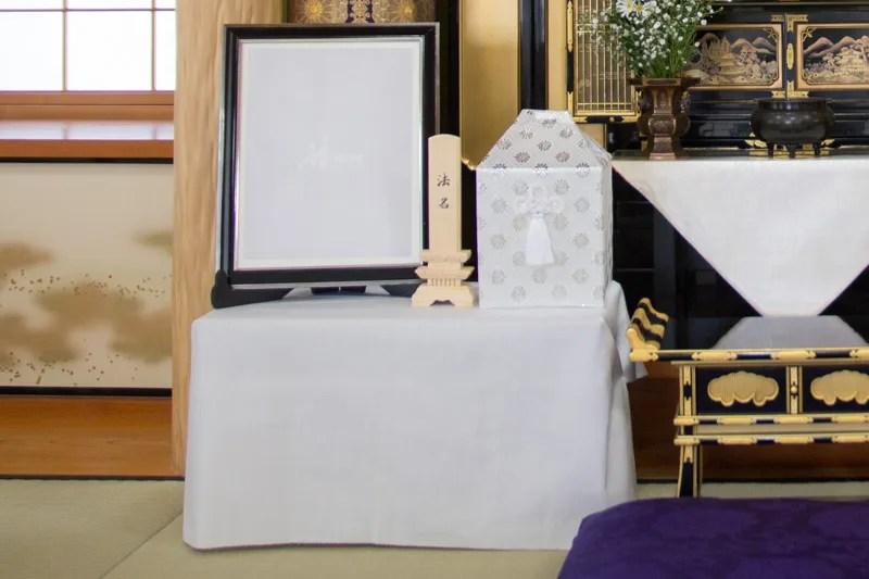 中陰壇にするため台に白布をかけたところ