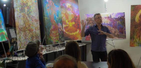 O Artista e Psicanalista Henrique Vieira Filho coordenando a viv?ncia em que as pinturas atuam como espelho das emo??es de quem as aprecia.