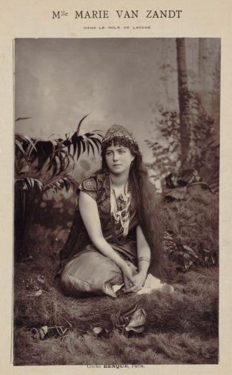Benque, photographie positive, 1883. 19 x 12,5 cm (im.). Mlle Marie van Zandt dans le rôle de Lackmé (sic). Source : Gallica/BnF.