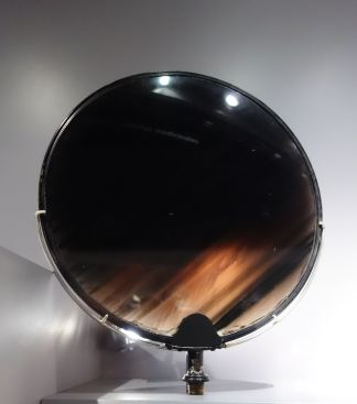 """Disque en obsidienne, roche volcanique vitreuse, anciennement dit """"Miroir des Incas"""". Rapporté par La Condamine de son expédition à Quito (entre 1735 et 1745)."""