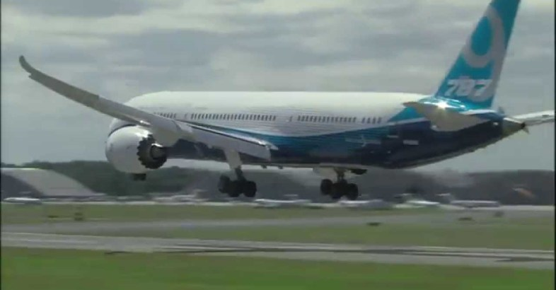 Dreamliner Flying Like a Fighter Jet
