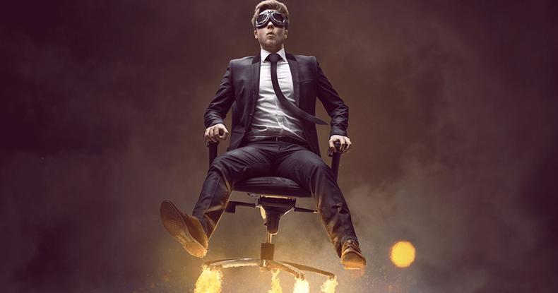 発射する事務椅子に座る男