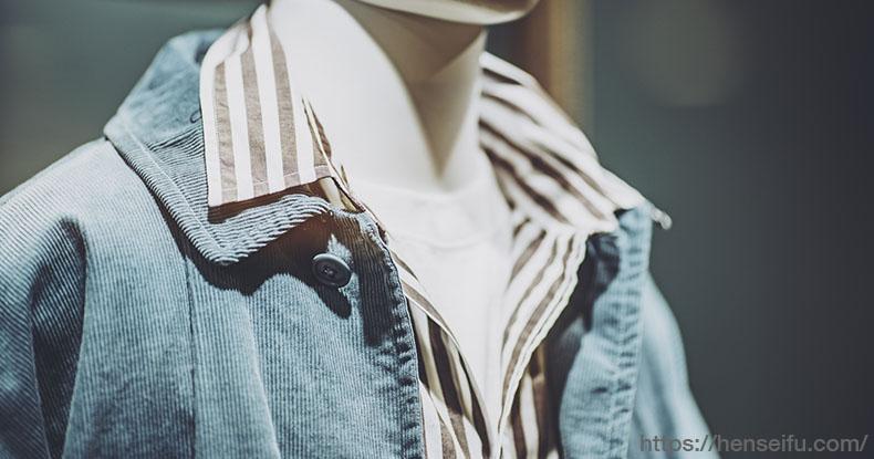 カジュアルな服装の青年