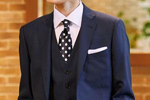 ネイビースーツにドット柄のネクタイ