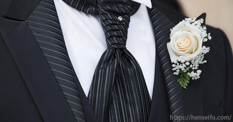 正礼装する男性の胸元