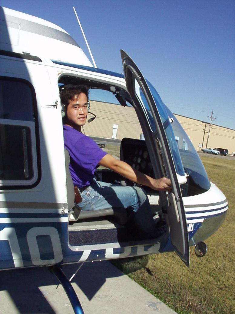 ヘリを操縦する土屋達郎氏