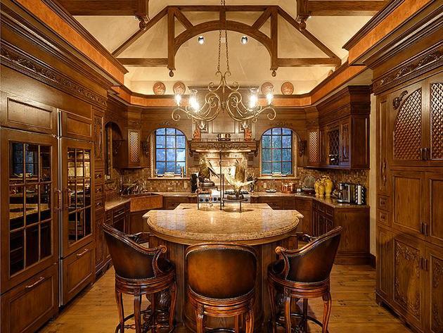 Mutfak. Sıcak ve davetkar.Parlak ışıklı mutfağı, bakır çiftlik lavabosu ve granit sayaçlarıyla bir an önce yemeğe başlamak için  nedenler sunuyor.