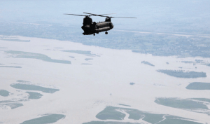 US_Army_helicopter_flies_over_a_flood-affected_area_of_Pakistan_Cut2