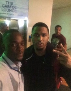 A fan posing with Trey Songz
