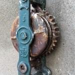 Werkzeug an der Hauswand der Brennerein