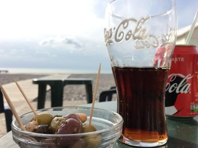 Snacks am Strand Oliven und Coca