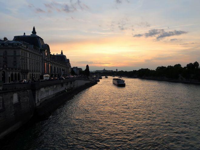 Boot auf der Seine im Abendlicht