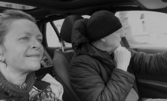 Sven und Sylvia im Auto