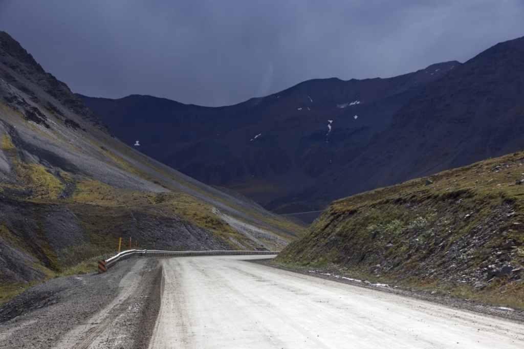 Afdalen vanaf Atigun pass
