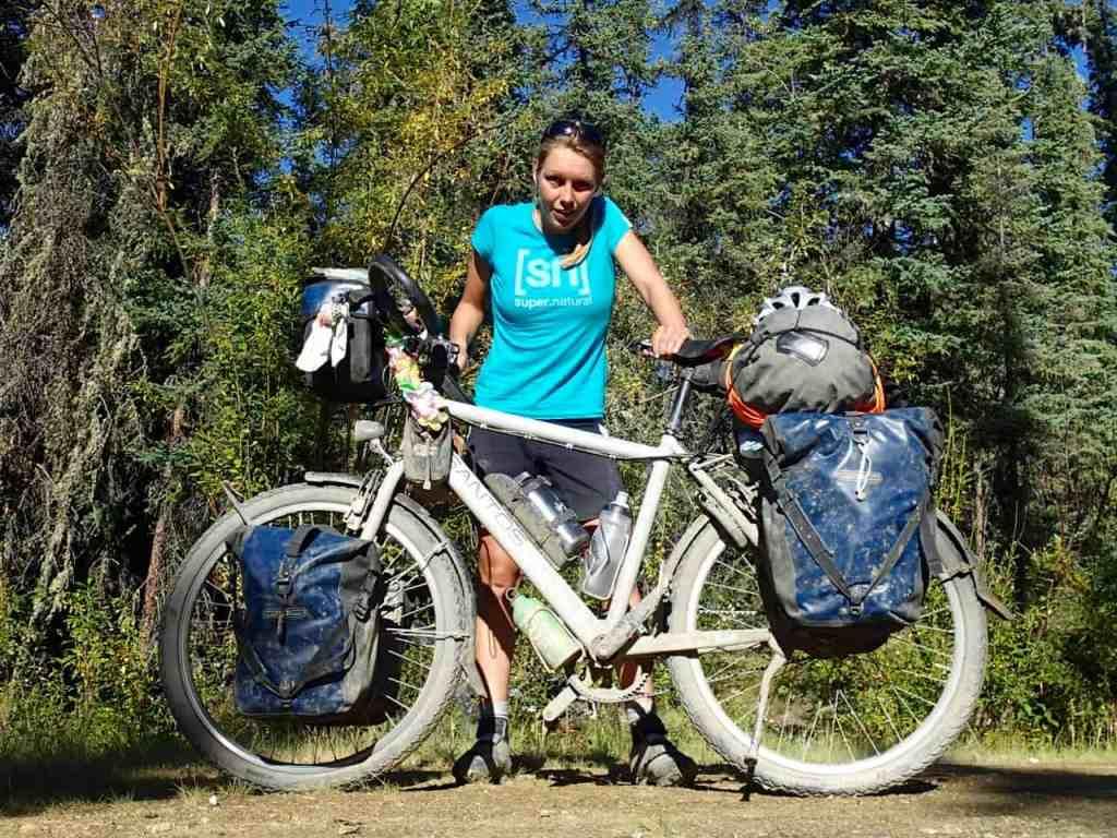 Mijn fiets en ik na 800km Dalton highway, 17 uren op de truck en 38 uur zonder slaap